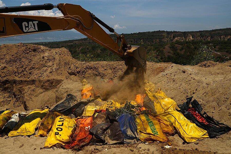 Palu'da 1000'den fazla kişiyi içine alabilecek bir toplu mezar kazıldı.