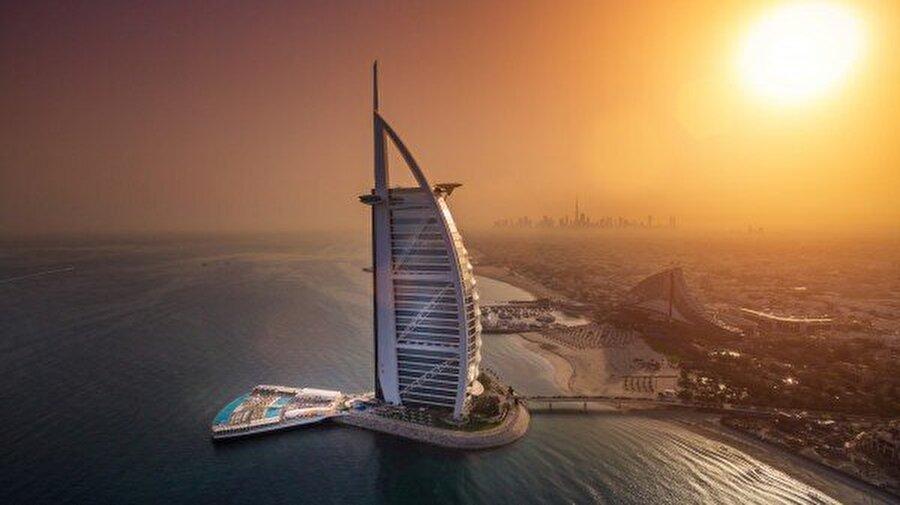 Burç El - Arab - BAE 1999 yılından tamamlanan yapının mimarı Tom Wright, mühendisi ise Rick Gregory. Arap Kulesi adını taşıyan bu yapı, turistik açıdan da büyük öneme sahip. Yapı, zenginliğin bir göstergesi olarak kabul ediliyor.