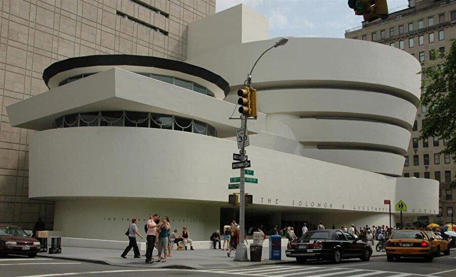 Guggenheim Müzesi - İspanya İspanya eski Kralı Juan Carlos I tarafından açılan müzenin tasarımı, Kanadalı-Amerikalı ünlü mimar Frank Gehry tarafından yapıldı. 1977 yılında açılan yapı, post-modern mimarinin örnek çalışmalarından biri olarak kabul ediliyor.