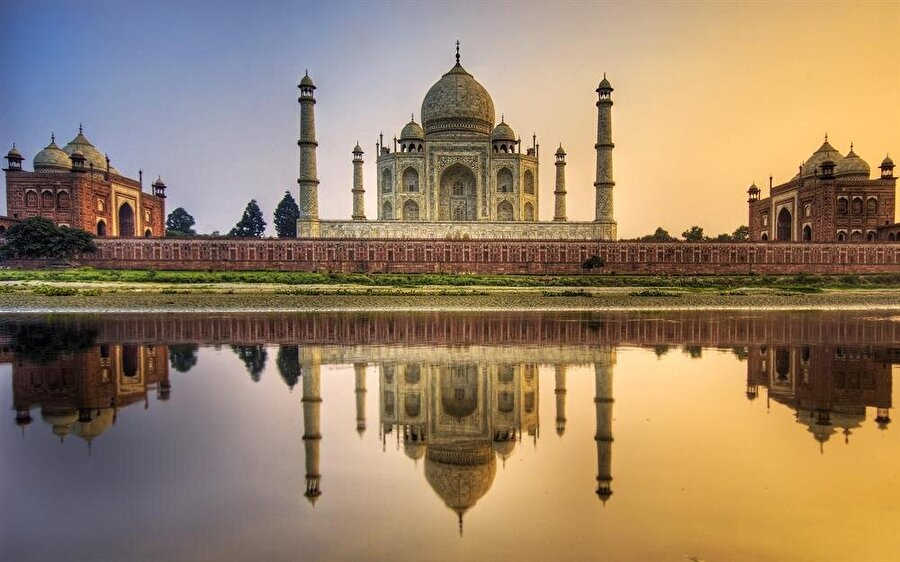 Taç Mahal - Hindistan Dönemin kralı Şah Cihan'ın büyük aşkı eşi Mümtaz Mahal'ın ölümünden sonra uğruna inşa ettirdiği bu yapı, ancak 20 yılda 22 bin kişinin çalışmasıyla bitebildi. Üstad Ahmed Lahauri önderliğindeki bir mimarlar heyeti tarafından hazırlanan yapı, 1983 yılında UNESCO Dünya mirası ilan edildi.
