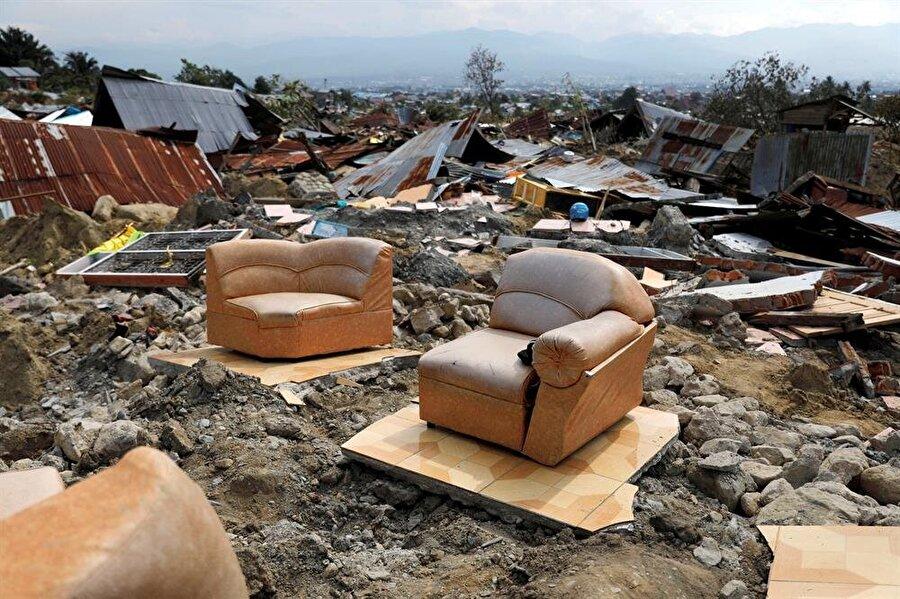 Deprem ve Tsunami Endonezya'yı sarstı Endonezya'nın Sulawesi Adası'nda cuma günü meydana gelen deprem ve ardından oluşan tsunamide hayatını kaybedenlerin sayısı bin 424'e çıktı. Endonezya Ulusal Afet Yönetim Ajansının (BNPB) Sözcüsü Sutopo Purwo Nugroho, düzenlediği basın toplantısında, deprem ve tsunamide ölenlerin sayısının bin 424'e yükseldiğini söyledi. Ölü sayısının yanısıra 2 bin 549 kişinin yaralandığı, 100'ün üzerinde kişinin kayıp olduğu açıklandı. Karşı karşıya kaldığı doğal afetler sebebiyle ciddi hasarlar alan Endonezya, depremin ardından ağır kayıplar verdi.