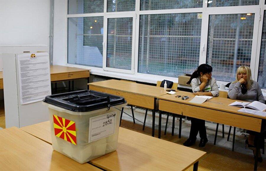 """Referanduma düşük katılım Makedonya'da, Yunanistan ile aralarındaki isim sorununu çözen anlaşmanın kabulüne ilişkin yapılan istişare referandumunda oyların yüzde 98'i sayıldı. Resmi olmayan sonuçlara göre katılım yüzde 36,8 seviyesinde kaldı. Sandığa gidenlerin yüzde 91,4'ü """"evet"""", yüzde 5,6'sı ise """"hayır"""" oyu kullandığı referandumun başarılı sayılabilmesi için kayıtlı seçmen sayısının yarısından bir fazlasının oy kullanması gerekmekteydi."""