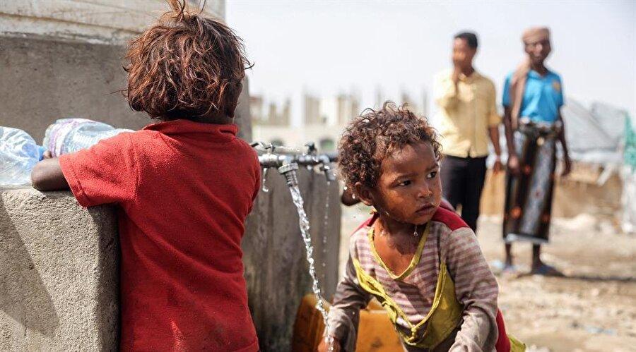 """Yemen'de sefâlet artıyor Birleşmiş Milletler Kalkınma Programı (UNDP), yıllardır iç savaşla boğuşan Yemen'de açlığın """"kontrol edilemez"""" noktaya ulaşmak üzere olduğunu belirtti. UNDP'nin Yemen ofisinin Twitter hesabından yapılan paylaşımda, """"Açlık Yemen'in gerçeği olmak üzere"""" uyarısında bulunuldu. """"Yemenliler sefâlet içinde yatıp daha büyük bir sefâlet içinde uyanıyorlar"""" ifadelerinin yer aldığı paylaşımda, yerel para biriminin döviz karşısındaki büyük değer kaybına da işaret edildi."""