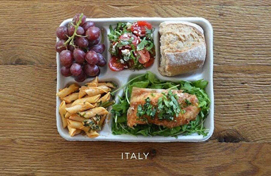 İtalya Kahveleriyle ünlü olan İtalyanların, okul beslenmesinde önem verdikleri yiyecekler şu şekilde: Roka, domates sosu, caprese salatası, baget, üzüm, makarna ve yatakta yerel balık.