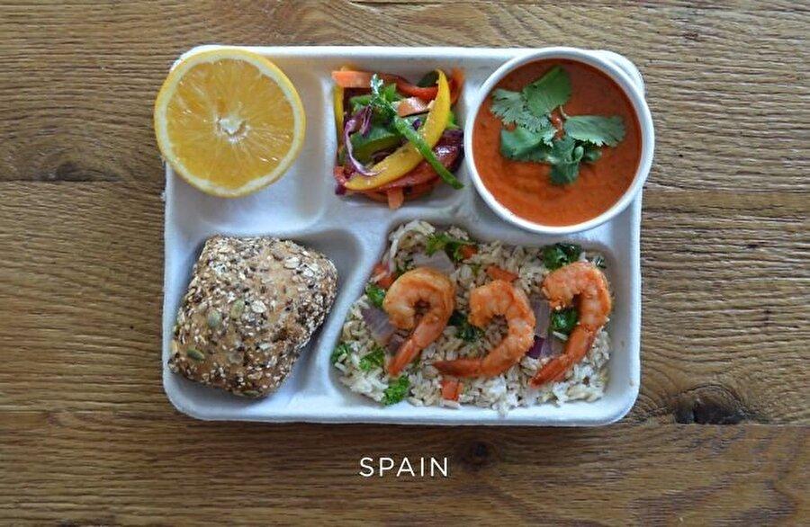 İspanya İspanya'nın beslenme çantası şu şekilde: Kahverengi pirinç ve sebzeler, gazpacho, taze biber, ekmek ve portakal üzerinde sotelenmiş karides.