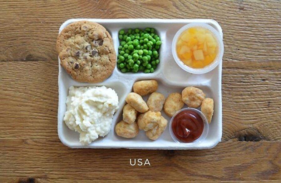 Amerika Birleşik Devletleri Fast food kültürüyle biline Amerika'nın beslenme çantası: Kızarmış 'patlamış mısır' piliç, patates püresi, bezelye, meyve tabağı ve çikolatalı kurabiye'den oluşuyor.
