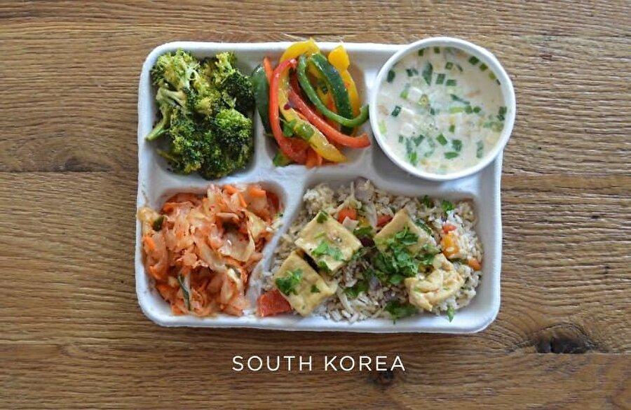 Güney Kore Sanayi, teknoloji ve dizi kültüründeki gelişimiyle dikkat çeken Güney Kore: Balık çorbası, tofu pilav, kimchi ve taze sebzeler ile hazırlanmış bir beslenme sunuyor.