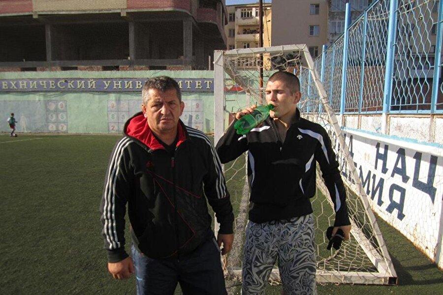 Babası Abdulmanap Nurmagomedov da tıpkı oğlu gibi karma dövüş sanatları ustası. Emekli olalı uzun bir süre oldu ancak hala Rusya'daki en saygın antrenörlerin başında geliyor. Öğrencisi Vladimir Nevzorov'un 1976 olimpiyatlarında elde ettiği başarılar nedeniyle Devler Onur Nişanı almışlığı var.