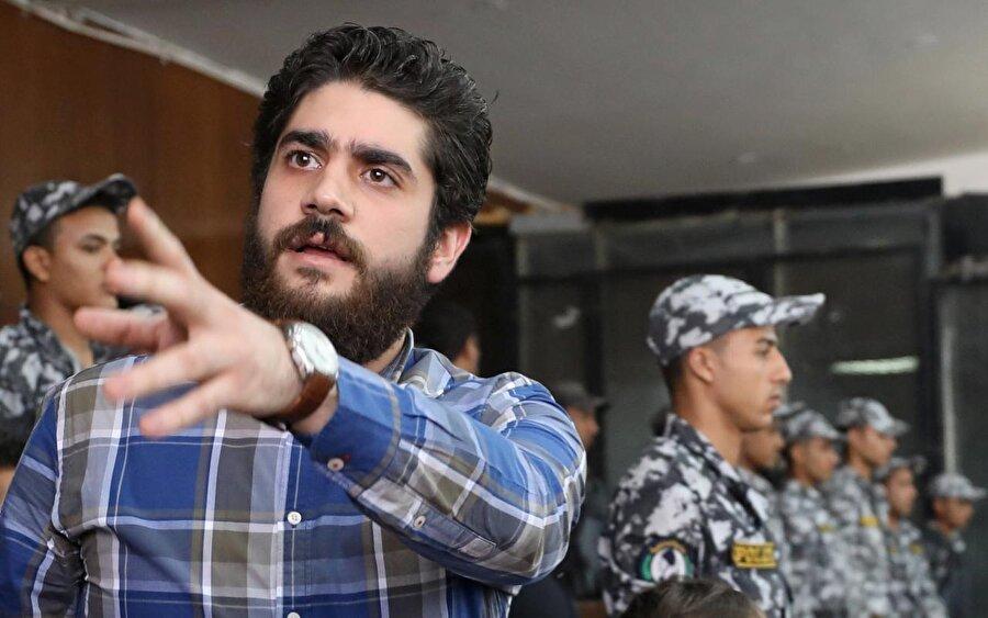 """Mursi'nin oğlunu tutuklayıp bıraktılar                                      Mısır'da Yüksek Devlet Güvenlik Savcılığı, 10 Ekim sabahı """"terör örgütüne üye olmak ve şiddete teşvik etmek"""" iddiasıyla tutuklanan, Muhammed Mursi'nin oğlu Abdullah Mursi'yi kefaletle serbest bırakma kararı aldı. Mursi'nin avukatlarından Abdulmunim Abdulmaksud, yaptığı açıklamada, savcılığın Abdullah'ı 5 bin cüneyh (280 dolar) kefaletle serbest bırakma kararı aldığını belirtti."""