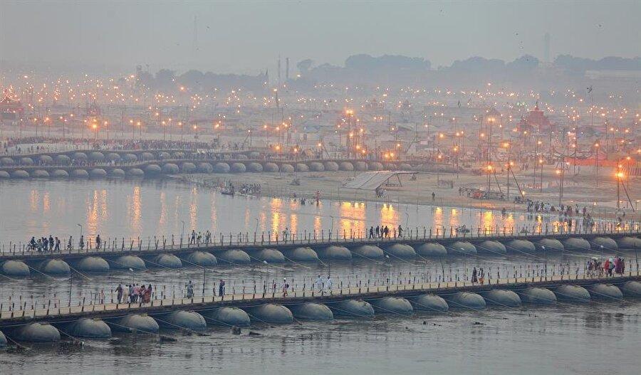 """Allahâbâd'ın ismi değişti Milliyetçi BJP (Hindistan Halk Partisi) hükümeti Hindistan'ın Uttar Paradeş eyaletinde bulunan Allahâbâd şehrinin ismini Prayagraj olarak değiştirmeye karar verdi. Hükümet kanadı, Allahâbâd isminin kaldırılması ve yerine Ganj ile Yamuna nehrinin keşişim yerini ifade eden """"Prayagraj"""" adının getirilmesinin nedenini şehirde gerçekleştirilen devasa Hindu festivali Kumbh Mela'ya dikkat çekmek olduğunu ifade ederken, şehirde yaşayan Müslümanlar isim değişikliği politikası ile BJP'nin şehrin tarihi hafızasını silmeye çalıştığını düşünüyor."""