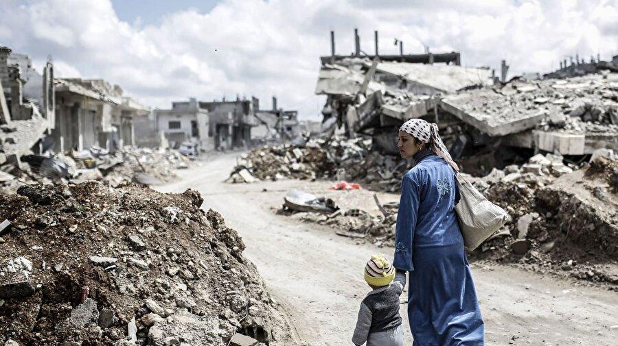 """Geri dönecek bir evleri kalmadı İnsan Hakları İzleme Örgütü (HRW), Beşşar Esed rejiminin """"10 numaralı yasa"""" olarak bilinen uygulamayla yerinden ettiği sivillerin mülklerine el koyduğunu, yıktığını ya da erişimlerini engellediğini bildirdi. Esed rejiminin nisan ayında çıkardığı ve yerinden ettiği milyonlarca kişinin taşınmaz mallarına el konmasına imkân verecek yasaya ilişkin bir araştırma yapan HRW, başkent Şam'ın Kabun mahallesinin uydu görüntülerini inceleyerek, rejimin mülkleri ihtarsız, tazminatsız ya da herhangi bir çözüm sunmadan yıktığını gözlemledikleri açıkladı."""