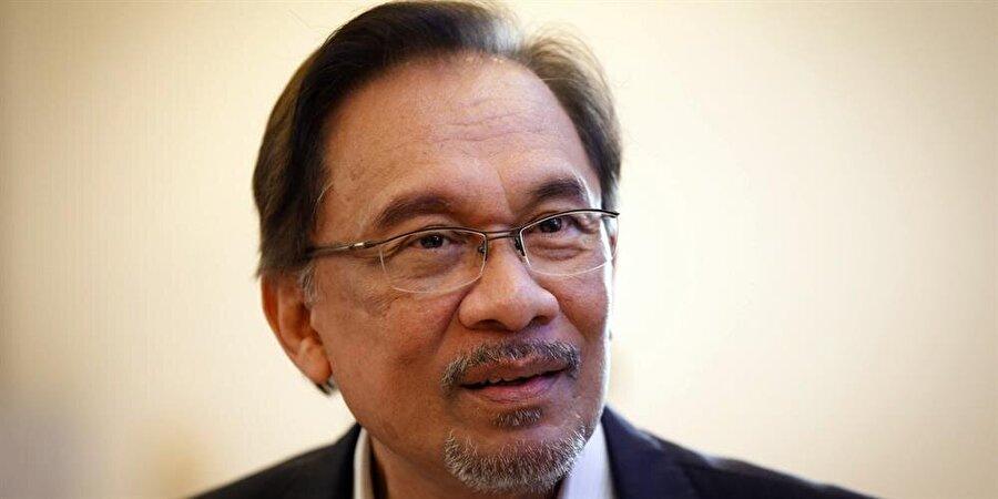 Malezya'da ara seçim sonuçlandı Malezya'nın Port Dickson kentinde düzenlenen milletvekilliği ara seçiminde, Umut İttifakı (PH) koalisyonunun adayı Halkın Adaleti Partisi (PKR) lideri Enver İbrahim (71), resmi sonuçlara göre açık ara farkla birinci çıktı ve yeniden milletvekili seçilerek meclise girmeye hak kazandı. Böylece, başbakanlığa giden yol da kendisine açılmış oldu. Başbakan Mahathir Muhammed'in (93), görevi İbrahim'e devretmesi bekleniyor.