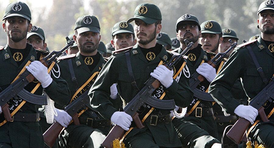 İran'ın 14 güvenlik görevlisi kaçırıldı İran'ın Devrim Muhafızları örgütünde görevli 14 kişi, Pakistan sınırında kaçırıldı. Sorumluluğu üstlenen ayrılıkçı Sünni grup, olayın İran'daki Sünni Müslümanların ezilmesine karşı bir intikam eylemi olduğunu duyurdu. İran'ın en seçkin güvenlik gücü olan Devrim Muhafızları'nın yaptığı açıklamada, bazı üyelerinin Sistan-Belucistan vilayetindeki sınır devriye noktasından kaçırıldığı bildirildi.
