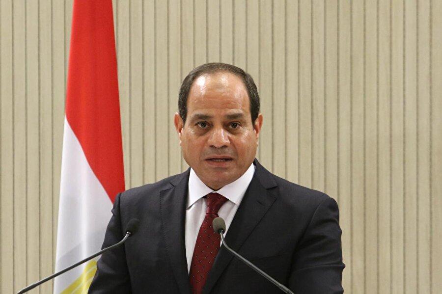 """""""İhvân'ın hiçbir rolü olmayacak"""" Kuveyt'in Eş-Şahid gazetesine konuşan Sisi, Mısır halkının, İhvan'ın yeniden iktidara gelmesini kabul etmeyeceğini ileri sürerek, """"Ben yönetimde bulunduğum sürece İhvan'ın hiçbir rolü olmayacak."""" dedi. Sisi, """"'Arap Baharı' diye isimlendirilen şey, var olan yanlış uygulamalar yüzünden geldi ve yanlış bir şekilde uygulandı."""" ifadesini kullandı."""