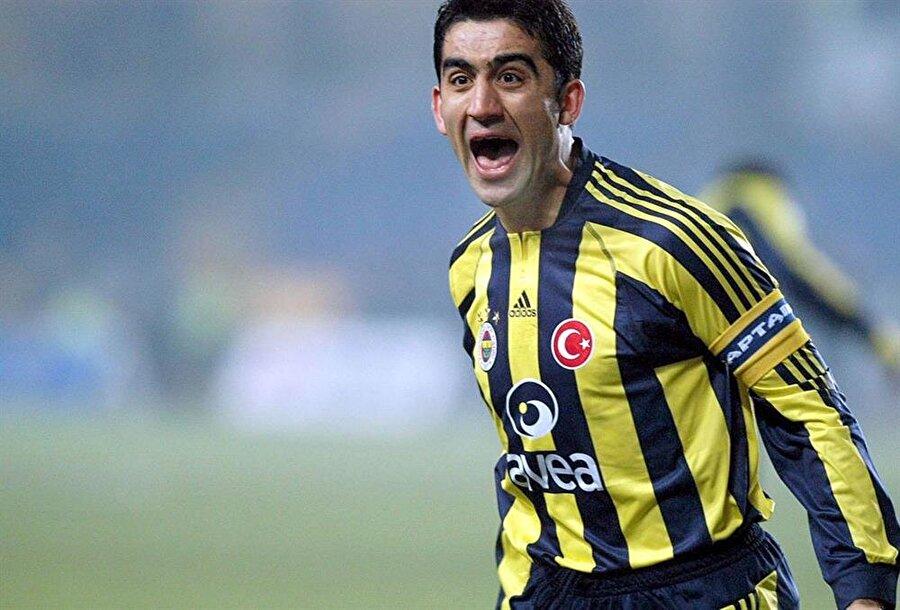 """Ümit Özat'ın kariyeri Futbola 1988 senesinde Ankaragücü altyapısında başlayan Özat, ilk profesyonel sözleşmesini de 1994 senesinde aynı takımla imzaladı. 1994-95 sezonunda oynadığı Ankaragücü'nde toplam 25 maça çıkan defans oyuncusu, gol bulamadı. Ardından 1995 senesinde Gençlerbirliği'ne transfer oldu. Buradan 2001 senesinde ayrılırken toplam 166 maça çıkmış ve 15 gol atmıştı. 2001 senesinde taraftarı olduğu Fenerbahçe'ye transfer oldu. Birçok başarı kazandığı Fenerbahçe'de 2001-07 yılları arasında 186 kez forma şansı buldu ve 11 gol attı. Burada oynadığı maçlarda kendisine """"Gizli Forvet"""" lakabı takıldı. 2007 senesinde Alman ekip Köln'e gitti. Burada 30 maçta forma giyen Ümit Özat, 29 Ağustos 2008 tarihinde oynanan Karlsruhe maçında dili boğazına kaçtıktan sonra sahada yere yığıldı. Doktor müdahalesiyle hayata döndü ve futbol hayatına devam edebileceği açıklandı. 11 Kasım 2008 tarihinde saat 5:00 sularında kalp ritmi bozukluğu şüphesiyle tekrar hastaneye kaldırıldı. 14 Mart 2009'da aldığı kararla sağlık sorunları nedeniyle futbolu bıraktığını açıklayan Ümit Özat, aynı sene yardımcı antrenör olarak Ankaragücü'nde çalışmaya başladı. Teknik direktörlüğünü yaptığı takımlar ve yılları sırasıyla; 2009-2010: Ankaragücü (yardımcı antrenör) 2010-2011: Ankaragücü 2012: Manisaspor 2014-2015: Elazığspor 2015: Boluspor 2015: Samsunspor 2016: Mersin İdman Yurdu2016-17: Gençlerbirliği"""