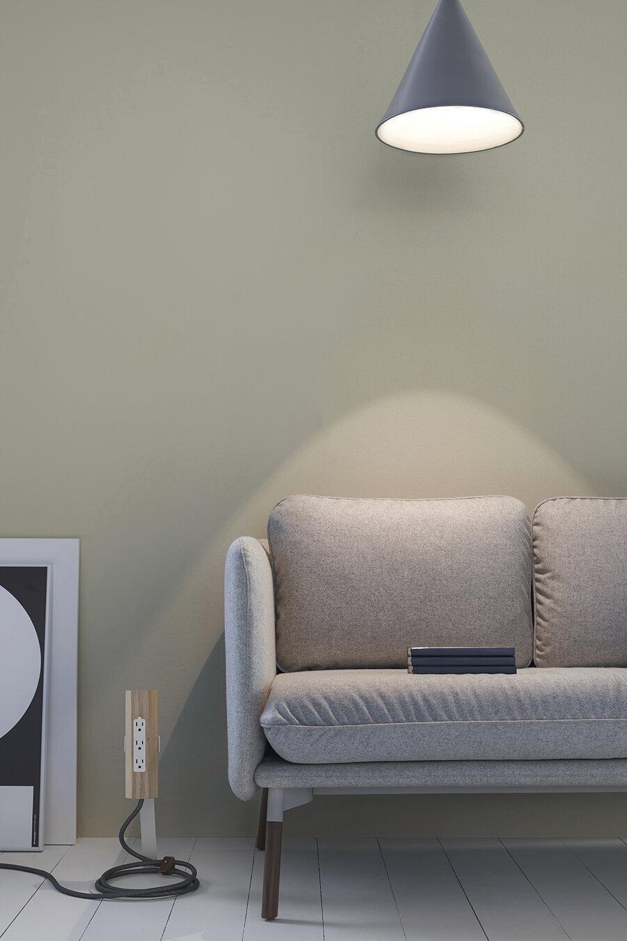 Alçak tasarım kanepe ve ayaklı priz                                      Bekleme salonlarında tercih edilebilecek konforlu ve kullanışlı sade ve şık koltuk.