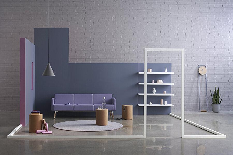 Tombolo model kanepe, askılı led ışık ve minimal mobilya tasarımları                                      Fotoğrafın detayına indiğimizde karşımıza bir saat çıkıyor. Saat daima düzenin simgesidir. Aynı düzeni minamal tasarım oturma odası için de söyleyebiliriz.