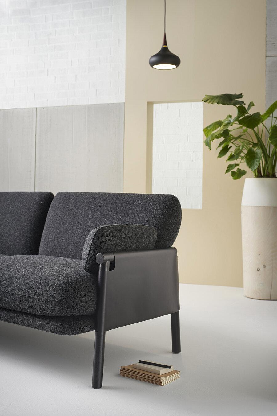 Siyah koltuk üzerinde siyah led ışık                                      Siyah rengin normalde boğucu bir özelliği olduğu söylenir. Ancak diğer mobilya renk tercihlerinde gördüğümüz gibi açık tonda renkler odaya ferah bir derinlik katmış görünüyor.