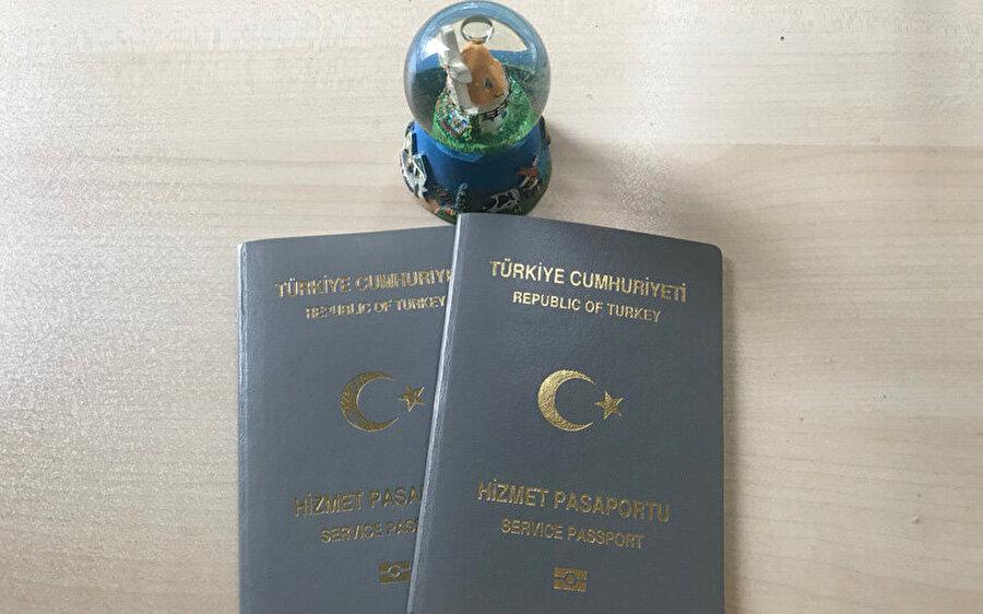 Gri Pasaport (Hizmet Pasaport) Hizmet pasaportu olarak da adlandırılan gri pasaport, devlet kurumları bünyesinde çalışan ve yine devlet tarafından görevlendirilerek yurt dışına çıkan kimselerin sahip olabileceği pasaportlardan bir tanesidir. Sarı basın kartına sahip olan basın mensupları ile birlikte bilimsel etkinlikler çerçevesinde yurt dışına çıkmış olan akademisyenler de yine görevleri boyunca bu pasaportu kullanabiliyor. Hizmet pasaportuna sahip olanlar da yeşil pasaporta sahip olanlar gibi bazı ülkelere vizesiz seyahat edebiliyor.