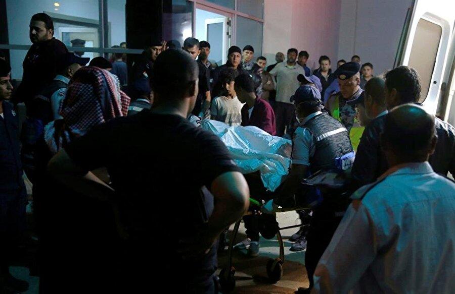 Ürdün'de sel felâketi: 18 ölü, 34 yaralı Ürdün'ün batı bölgelerini etkisi altına alan yoğun yağışlar nedeniyle, doğal afet durumu yaşanıyor. Ölüdeniz kıyılarındaki bazı kasabalarda seller çok sayıda can kaybına yol açtı. Ürdün yetkili makamlarından yapılan açıklamada 18 kişinin öldüğü, 34 kişinin de yaralandığı belirtilirken, kayıp olduğu tespit edilen onlarca kişiyi arama çalışmaları ise sürdürülüyor.