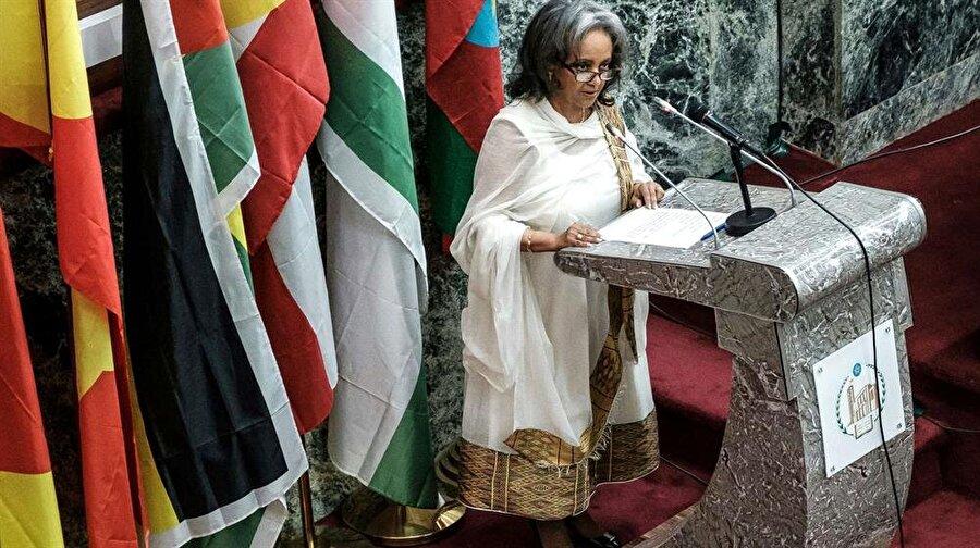 """Etiyopya tarihinde ilk kadın cumhurbaşkanı Etiyopya Parlamentosu'nda gerçekleştirilen oylamada, ülke tarihinin ilk kadın cumhurbaşkanı seçildi. Milletvekillerinin ve kabine üyelerinin tam kadro yer aldığı oylamanın sonucunda, 69 yaşındaki deneyimli diplomat Sahle-Work Zewde, geçtiğimiz hafta istifa eden Mulatu Teshome'un koltuğuna oturmaya hak kazandı. Sahle-Work, haziran ayından bu yana, Birleşmiş Milletler bünyesinde """"Afrika Birliği Özel Temsilcisi"""" olarak görev yapıyordu."""