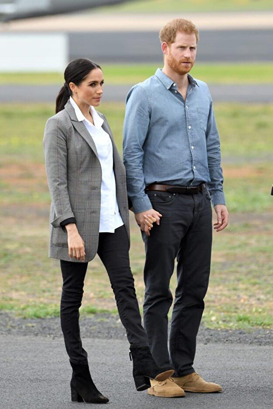 Markle'i örnek gösterdiler Hayranları Kate'in daha önce defalarca bu tarz giyindiğini savunsa da, basın organları Düşes Meghan Markle'i örnek aldığını söyleyerek Avustralya ziyaretinde giydiği kostümlerden birini örnek gösterdi.