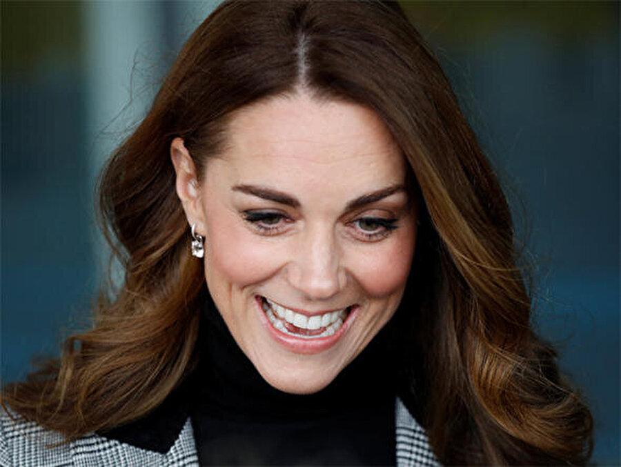 """""""Kate, Meghan için ilham kaynağıdır"""" Birçok kişi Middleton ve Markle'in giydiği ceketlerin kareli olmak dışında hiçbir benzerliği bulunmadığını belirtse de, İngiliz basını bu haberle ortalığı çoktan karıştırmıştı.  Kate Middleton'ın hayranları durumu şöyle savundu:""""Meghan Kate'e ilham kaynağı olamaz. Tam tersine Kate, Meghan için ilham kaynağıdır. Kate defalarca bu ceketleri giydi. Hatta o zamanlar kimse Meghan'ın adını bile duymamıştı."""""""
