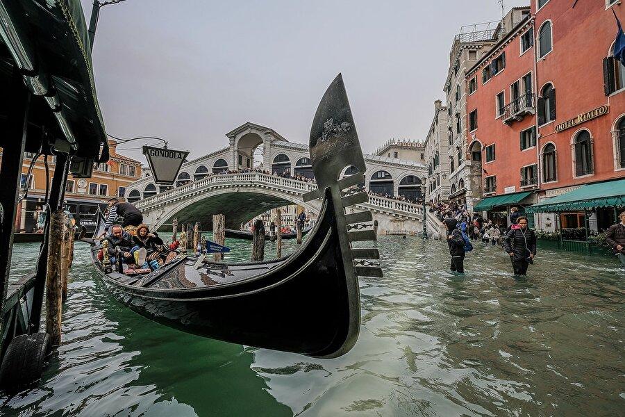 Sel felaketinin yaşandığı şehirde gongol keyfinden vazgeçmeyen turistler de var .