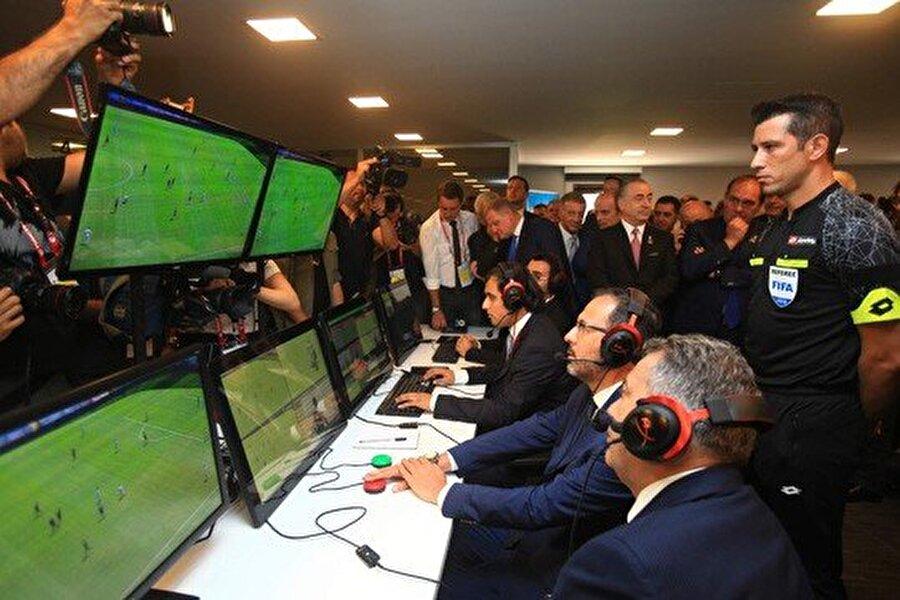 Yeniden Oynatma Operatörü (RO)                                                                           Video işletim odasında (VOR) VAR'a yardımcı olan teknik bilgiye sahip kişi.
