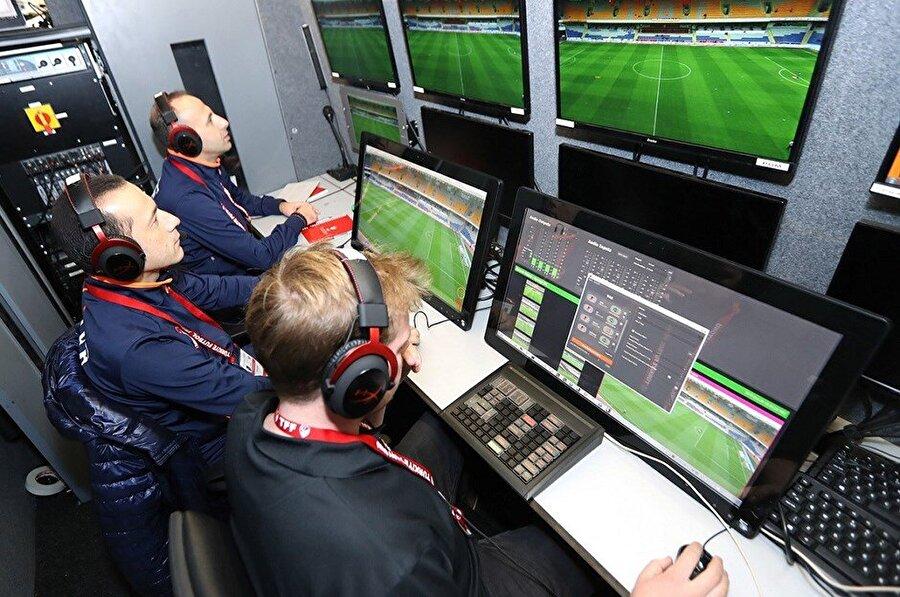 Video İşletim Odası (VOR)                                                                           VAR, AVAR ve RO'nun vb. maçı izlediği ve yayıncının video görüntülerine bağımsız olarak erişilip kontrol edilebildiği oda/alan; stadyumda/yakınında veya daha merkezi bir konumda olabilir (örn. maç merkezi).