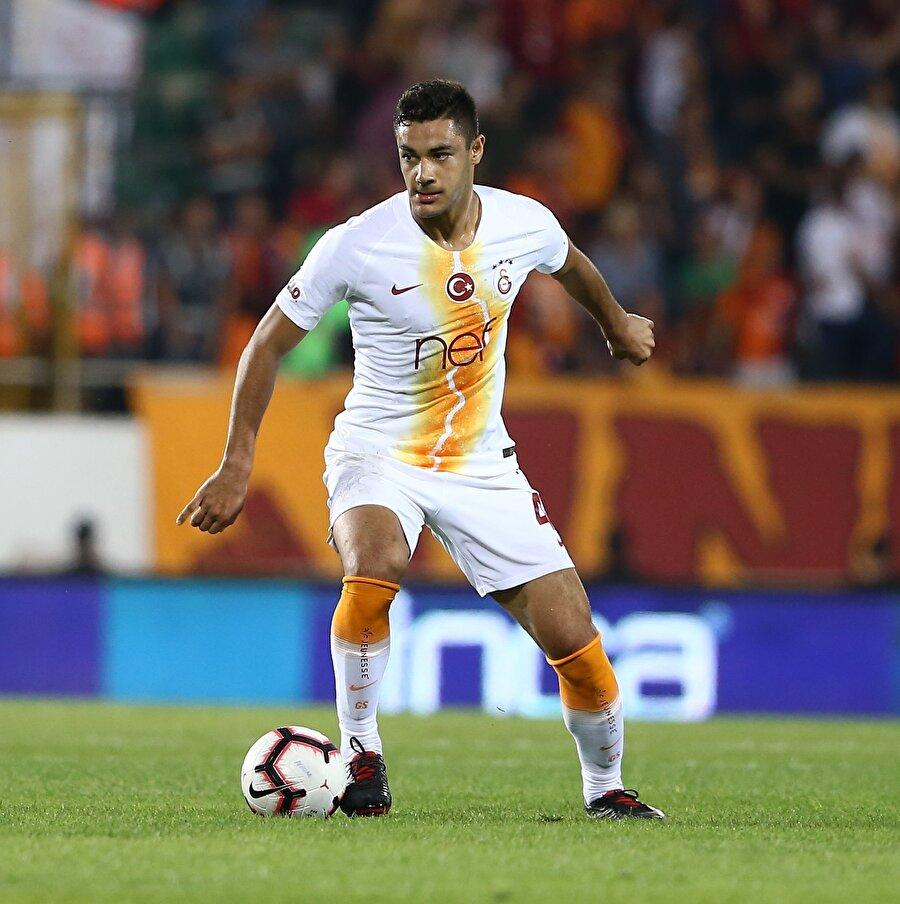 Ozan Kabak kimdir? 23 Mart 2000 doğumlu Ozan Kabak, henüz 18 yaşında ve savunmanın ortasında ve ön liberoda görev alabiliyor. Bu sezon Galatasaray'ın Alanyaspor'u 6-0 yendiği maçta da 6 dakika süre alan Ozan Kabak ile geçen sezonun öncesinde profesyonel sözleşme imzalanmıştı. Galatasaray'la 30 Haziran 2020'ye kadar kontratı bulunan Ozan Kabak, 2015 yılından bu yana Galatasaray altyapısında yer alıyor. Sırasıyla U16 U17 U19 yaş altı ve U21 yaşaltı takımlarında forma giydi. Milli takımın alt yaş gruplarında toplam 39 kez resmi maça çıkan Ozan Kabak, skorer kimliğiyle de ortaya çıktı ve 6 gol kaydetti.