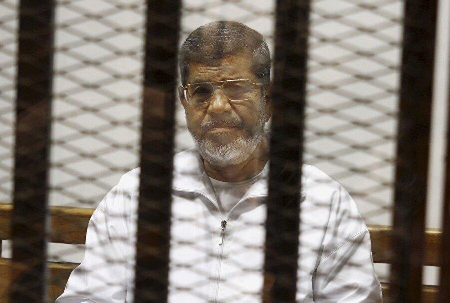 """Mursi ve Mübarek, karşı karşıya gelecek Mısır'da mahkeme, 3 Temmuz 2013'teki askeri darbeyle devrilen eski Cumhurbaşkanı Muhammed Mursi'nin yargılandığı """"Hapishaneden kaçma davası""""nda, 2011'deki halk ayaklanmasıyla devrilen eski Cumhurbaşkanı Hüsnü Mübarek'in şahit olarak dinlenmesine karar verdi."""