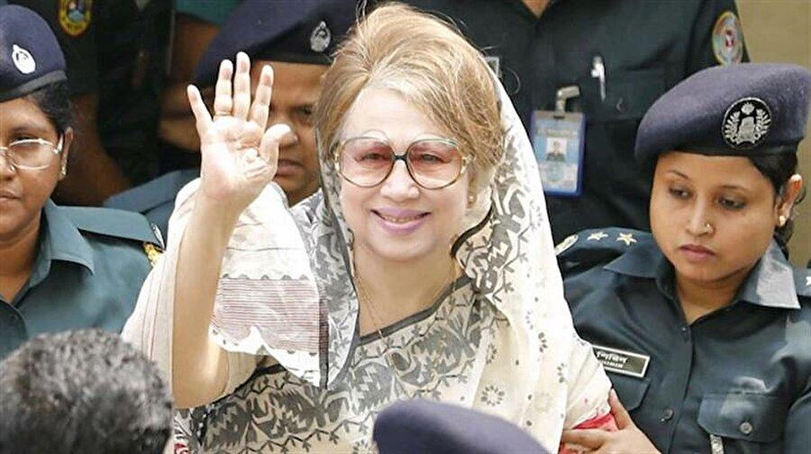 Eski Başbakan Halide Ziya'ya 7 yıl hapis Bangladeş'te eski Başbakan Halide Ziya, hakkında açılan yolsuzluk soruşturması kapsamında 7 yıl hapis cezasına çarptırıldı. 1981'de askeri darbe sırasında öldürülen kocası Ziyâur-Rahman adına kurulan bir vakfın hesaplarında yolsuzluk yapmaktan suçlu bulunan 73 yaşındaki Ziya, diğer yolsuzluk suçlamalarından dolayı zaten tutuklu bulunduğu için, hapis cezasını çekmeye devam edecek. Halide Ziya, kocası adına kurduğu vakfın hesaplarından 375 bin doları zimmetine geçirmekle suçlanıyor.