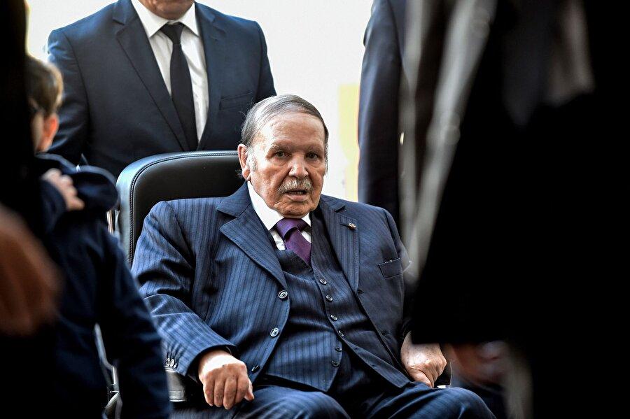 Buteflika, beşinci dönem için yeniden aday Cezayir Cumhurbaşkanı Abdulaziz Buteflika'nın, önümüzdeki yılın nisan ayında düzenlenecek olan cumhurbaşkanlığı seçimlerinde yeniden ve beşinci dönem için aday olacağı açıklandı. İktidardaki Ulusal Kurtuluş Cephesi'nin lideri Cemil Velid Abbas'ın yaptığı bilgilendirmeye göre parti, Buteflika'yı yeniden aday olarak gösterecek. Ülkedeki siyasi iklim gereği, Buteflika'nın karşısına ciddi bir adayın çıkması beklenmiyor.