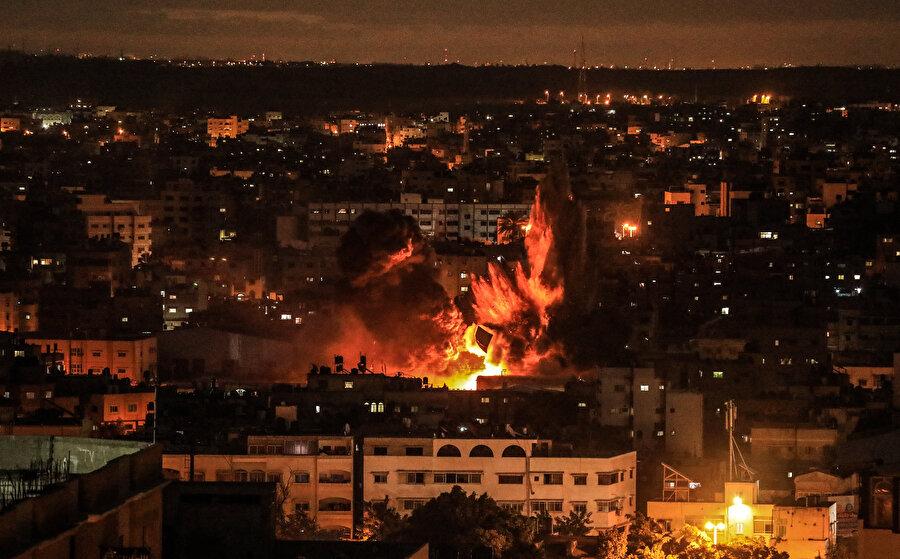 Gece boyu süren hava saldırısı İsrail ordusundan yapılan yazılı açıklamada, İsrail savaş uçakları ile helikopterlerinin Gazze'de Hamas'a ait 80 hedefi vurduğu belirtildi. Açıklamada, bu saldırıların, Gazze'den atıldığı belirtilen roketlere misilleme olarak yapıldığı ifade edildi.