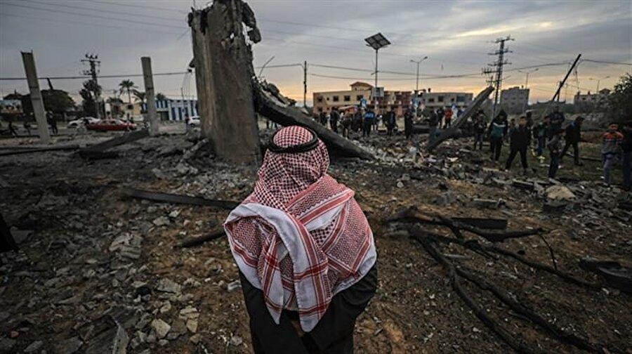 """İsrail'den Gazze'ye saldırı: 7 şehit Filistin Kızılayından yapılan açıklamaya göre, İsrail ordusunun abluka altındaki Gazze Şeridi'nin güneyine yaptığı saldırıda 6 Filistinli şehit oldu, 7 Filistinli yaralandı. Öte yandan İsrail ordusundan olaya ilişkin yapılan yazılı açıklamada, """"Kuvvetlerimiz, Gazze Şeridi'nde bir güvenlik operasyonu gerçekleştirdi. Operasyonun ardından çatışmalar yaşandı."""" ifadesi kullanıldı."""