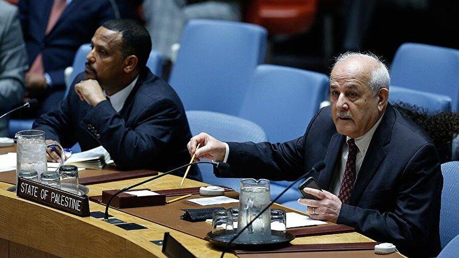 """BM Güvenlik Konseyi Gazze için toplandı Birleşmiş Milletler (BM) Güvenlik Konseyi, İsrail'in Gazze'ye saldırılarının ardından Gazze'de şiddet ve gerginliğin artması üzerine Kuveyt ve Bolivya'nın talebi üzerine kapalı oturumda acil toplandı. Fransa BM Daimi Temsilcisi François Delattre Fransa'nın, Hamas'ın İsrail'deki sivilleri hedef alan roket saldırılarını kınadığını belirtirken, İsrail Temsilcisi Danon ise İsrail itidal göstermesi gerektiğine dair çağrıları kabul etmeyeceğini söyledi. Filistin Temsilcisi Riyad Mansur da, yaptığı açıklamada, isim vermeden ABD'yi eleştirdi ve """"bir ülke yüzünden konseyin tıkandığın"""" ifade etti."""