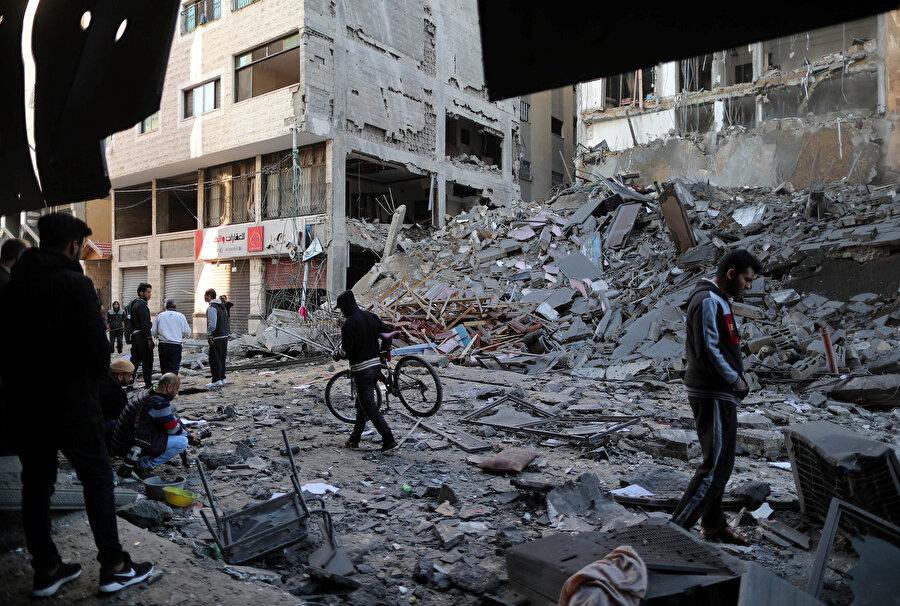 Gazze'de ateşkes sağlandı Hamas ve İslami Cihad Hareketi gibi grupların silahlı kanatlarının yer aldığı Filistin Direniş Grupları Ortak Operasyon Odası'ndan yapılan yazılı açıklamada, Mısır'ın ara buluculuğunda İsrail'le ateşkese varıldığı duyuruldu. Açıklamada İsrail ateşkese bağlı kaldığı sürece kendilerinin de buna uyacağı belirtildi. Hamas lideri İsmail Heniyye de kısa süre önce yaptığı açıklamada, İsrail'in Gazze Şeridi'ne yönelik saldırılarını durdurması halinde ateşkes durumuna dönülebileceğini kaydetmişti.