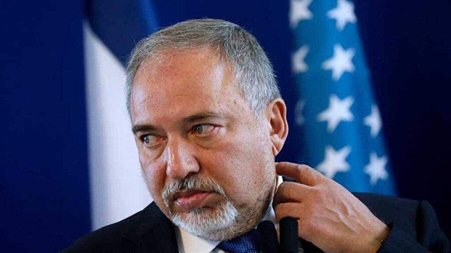 İsrail Savunma Bakanı Liberman istifa etti İsrail Savunma Bakanı Avigdor Liberman, dün gerçekleştirilen kabine toplantısının ardından, bugün görevinden istifa ettiğini duyurdu. Başbakan Benyamin Netanyahu'nun aldığı Hamas'la ateşkes kararından büyük rahatsızlık duyduğu bilinen Liberman, Gazze'ye kapsamlı bir operasyon düzenlenmesi ve bölgedeki belirlenmiş hedeflerin vurulmasını savunuyordu.
