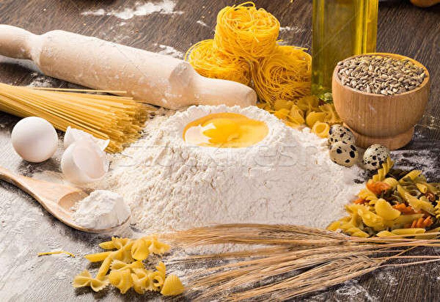 Gerekli malzemeler                                      1 büyük boy çay bardağı sıvı yağ Yarım paket margarin (125 gr) 1 çorba kaşığı yoğurt 2 tane yumurta (Akları üzeri için kullanılacak) 2 çorba kaşığı sirke 1 tatlı kaşığı mahlep 1 çorba kaşığı toz şeker 1 tatlı kaşığı tuz Yarım paket kabartma tozu 3,5 su bardağı un Üzeri için Yumurta akı Susam