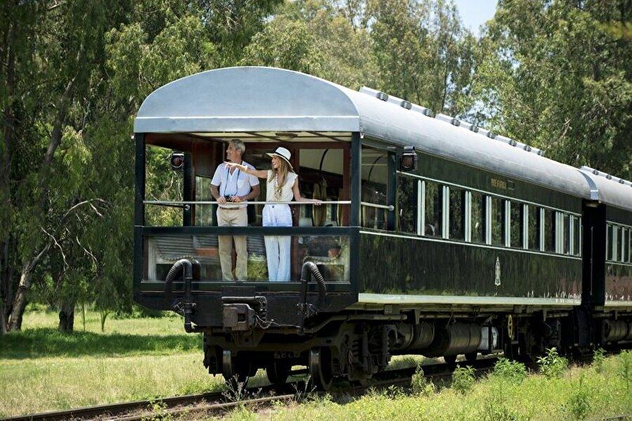 8) Rovos Rail ile yapılan bir yolculuk, herhangi bir seyahat güzergahına heyecan verici bir hava katıyor, diğer Afrika Seyahat turlarına ve safarilere kolayca dahil olabiliyor