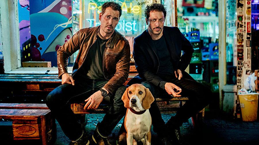 Dogs of Berlin                                                                           Hakan: Muhafız'ın ardından Netflix ekranlarında bir Türk oyuncu daha izleyebilirsiniz. Almanya yapımı olan Dogs of Berlin, Berlin ve Marzahn takımları arasında oynanacak önemli bir maçtan yalnızca bir gece önce öldürülen Türk-Alman futbolcunun cinayeti sonrası birlikte çalışmak durumunda kalan iki polisin öyküsüne odaklanıyor. Polislerden birini Türk oyuncu Fahri Yardım canlandırıyor.