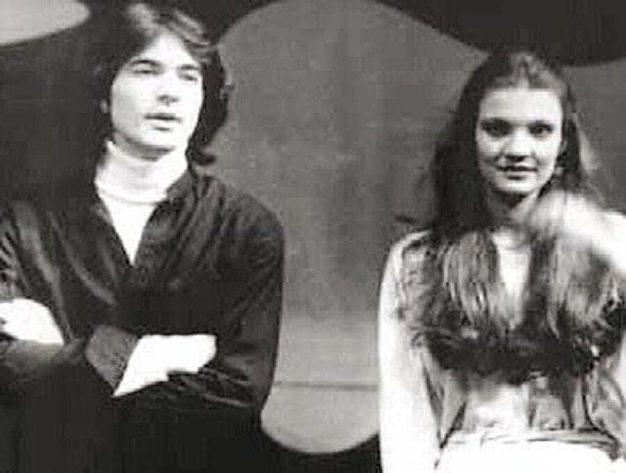 Televizyona ilk çıkışını yaptığı dönemde partneri, konservatuardan da sınıf arkadaşı olan oyuncu ve sunucu Derya Baykal olmuştur.