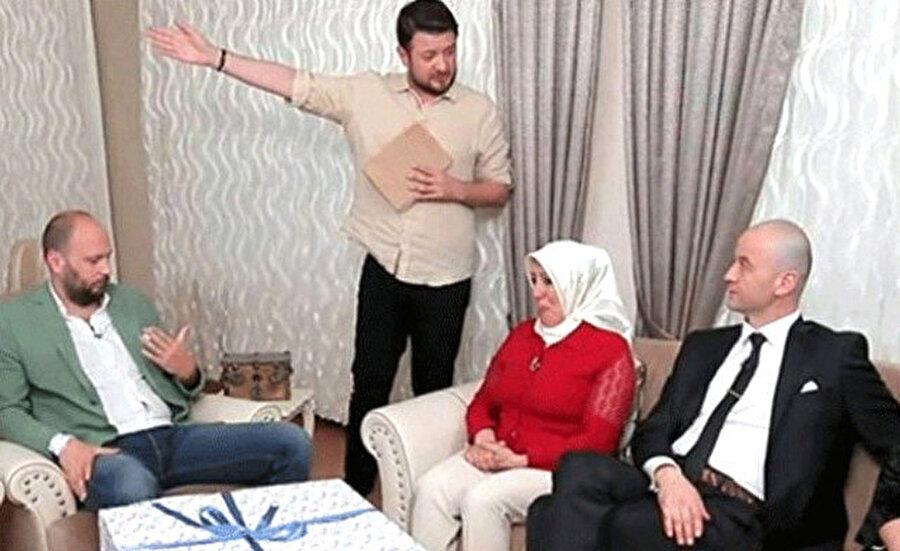 Yemekteyiz programından kovuldu                                      TV8'de yayınlanan Yemekteyiz adlı yemek programına katılan ve tepkilere neden olan sözleri nedeniyle eleştirilen Murat Özdemir, programın finalinde programın sunucusu Onur Büyüktopçu tarafından kovuldu.
