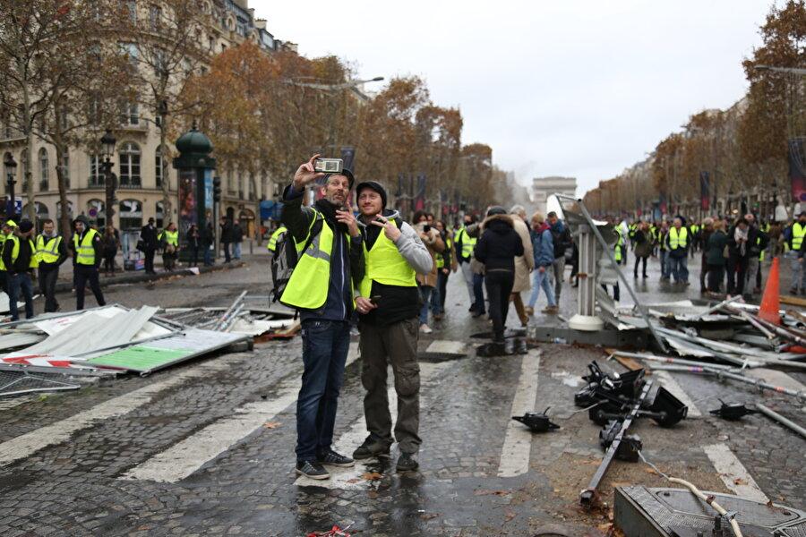 Eyfel Kulesi'nin ziyarete kapatıldı                                                                                                                                                                                          Bir süre daha devam etmesi beklenen gösterilerde şu ana kadar Paris sokaklarında alevlerin yükseldiği, iş yerlerinin hasar gördüğü, ülke genelinde çok sayıda akaryakıt deposunun giriş ve çıkışlarının tutulduğu, turistlerin yoğun ilgi gösterdiğini Eyfel Kulesi'nin ziyarete kapatıldığı, polisin eylemcilere sert müdahalelerde bulunduğu, yaralananların ve gözaltına alınanların sayısının arttığı, Müslümanlara ırkçı saldırıların düzenlendiği olaylar dikkati çekti.