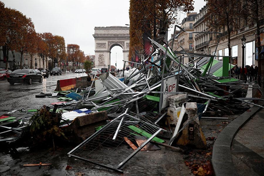 Champs-Elysees'de alevler yükseldi                                                                                                                                                                                          Protestolar nedeniyle turistlerin yoğun ilgi gösterdiği Eyfel Kulesi'nin kapıları 24 Kasım Cumartesi günü ziyaretçilere kapatılmıştı. İçişleri Bakanı Christophe Castaner, yaptığı açıklamada, ülke genelinde düzenlenen yaklaşık bin 600 gösteriye yaklaşık 106 bin kişinin katıldığını bildirirken, Emniyet Müdürlüğü bu gösteri sırasında gözaltına alınan kişilerin sayısının 101 olduğunu duyurdu. Fransız basını, bu 101 kişiden 27'sinin gözaltı süresinin uzatıldığını yazdı.