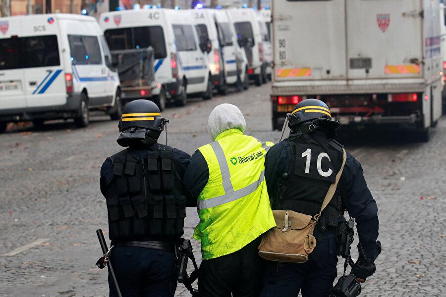Katılım düştü, şiddet arttı                                                                                                                                                                                          Ülke genelinde yaklaşık 287 bin kişinin katıldığı ilk günkü gösterilerin ardından protestolara katılanların sayısı düştü. İkinci gün yaklaşık 40 bin ve altıncı gün yaklaşık 5 bin 100 kişinin katıldığı gösterilerde, 24 Kasım Cumartesi günü dikkate alındığında katılımın düştüğü ancak şiddetin arttığı görülüyor.          Ülke genelindeki protestolarda çıkan olaylarda 2 kişi hayatını kaybetti, 141'i güvenlik görevlisi olmak üzere 780 kişi yaralandı, 794 kişi gözaltına alındı.