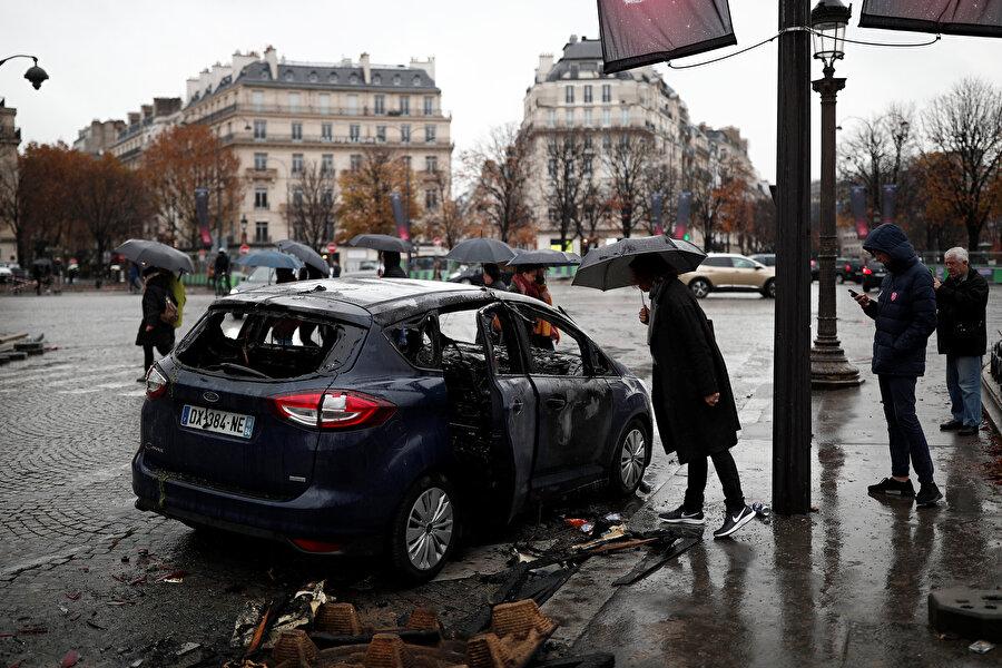 Hükümetin tepkisi                                                                                                                                                                                          Gösterilere ilişkin ilk resmi açıklama Başbakan Edouard Philippe'ten geldi. Gösterilerin ikinci gününde France 2 televizyonuna konuşan Philippe, protestolara katılan göstericilerin kızgınlıklarını anladığını ancak hedefledikleri reformları sürdürmekte kararlı olduğunu belirtti.          Cumhurbaşkanı Emmanuel Macron ise, 20 Kasım'da Brüksel'den yaptığı açıklamada, akaryakıt zamları konusundaki sorunun protestolarla değil diyalogla çözülebileceğini ifade etmişti. Macron, dünkü Bakanlar Kurulu toplantısında, cumartesi düzenlenen ve akaryakıt zamlarının protesto edildiği gösterideki savaş sahnelerini kınadı.