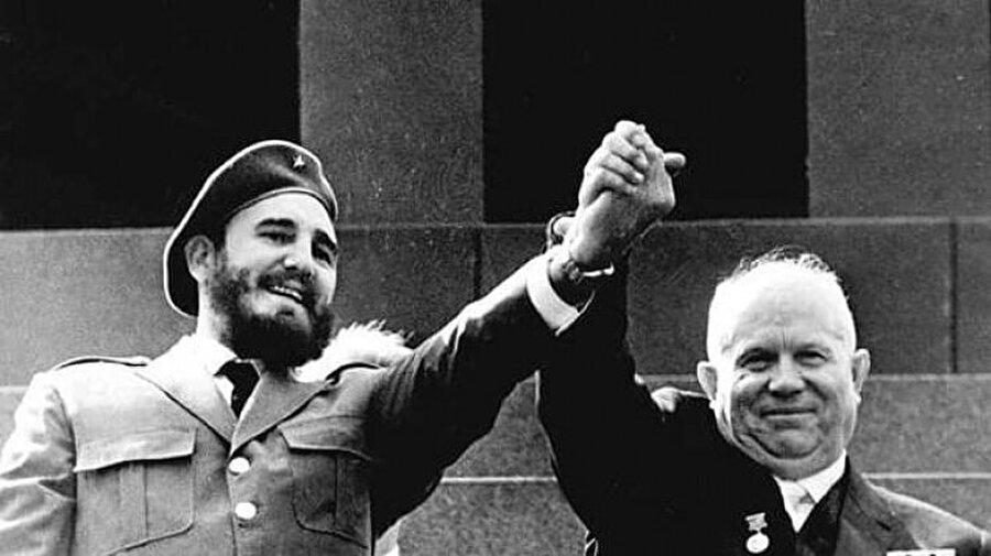 3. Küba Füze Krizi büyük çaplı bir savaşa yol açsaydı?                                      Sonuç: Nükleer'in yaygınlaşması dururdu. Amerika hariç.Alternatif tarih önerilerine verilen en prestijli ödül olan Sidewise Ödülü'nün sahibi Brendon Dubois'in romanına göre, eğer Amerikan Askeri Güçleri, Başkan Kennedy'nin Küba'yla barış imzalamasını engelleseydi, Amerika Küba'yı işgal ederdi. Bu da nükleer bir savaşa yol açardı. Sovyet Birliği yok olur, Çin Komünist Partisi dağılır ve Asya'da milyonlarca insan ölürdü. Amerika da bu arada New York, Washington ve Miami gibi şehirleri kaybederdi. Bütün ülkeler nükleer silahlanmayı bıraksa da Amerika buna devam ederdi.
