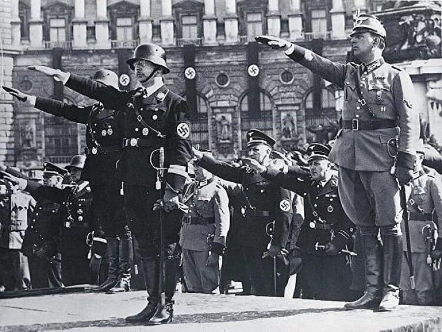 5. Almanya İngiltere'yi denizden işgal etseydi?                                      Sonuç: II. Dünya Savaşı daha erken biterdi ama Hitler gene de kaybederdi.Fransa'yı ele geçirdikten sonra Almanya, İngiltere'ye denizden saldırmayı düşündü ama bu plan hiçbir zaman gerçekleşmedi. Royal Sandhurst Askeri Akademisi eğer bu strateji uygulansaydı neler olacağı hakkında bir oyun-savaş simülasyonu gerçekleştirdi. Bu simülasyona göre, Almanlar denizden saldırmaya yeltenseydi İngiltere donanması tarafından bozguna uğratılırdı ve çok büyük yaralar alırdı. Bu da Almanya'nın güç kaybetmesine yol açar ve II. Dünya Savaşı'nın sonuçlanmasını hızlandırırdı.